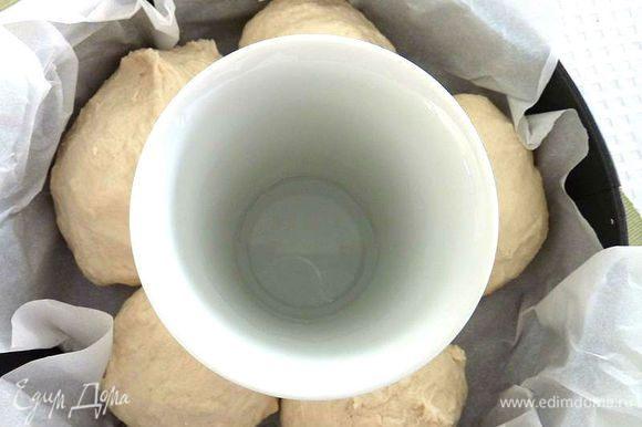 Поставить форму в горячую духовку и выпекать в течение 30 - 45 минут (зависит от формы и духовки) .