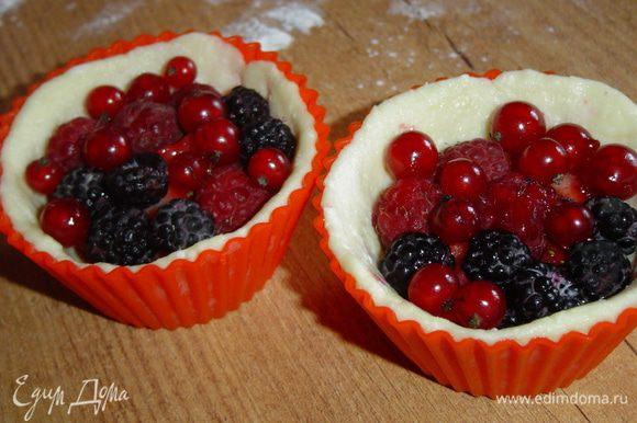Корзиночки заполняем ягодами красной смородины и малины, а затем готовим заливку.