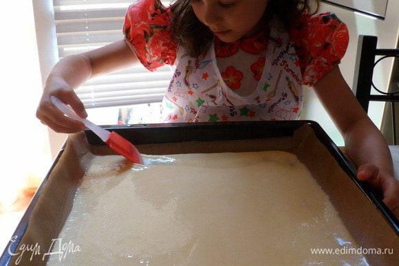 Затем выливаем полученную массу на лист застеленный пек.бумагой выпекаем в разогретой духовке до 180 гр. минут 15 до зарумянивания
