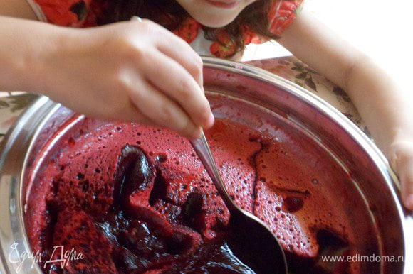 Заставшее ягодное желе делим пополам