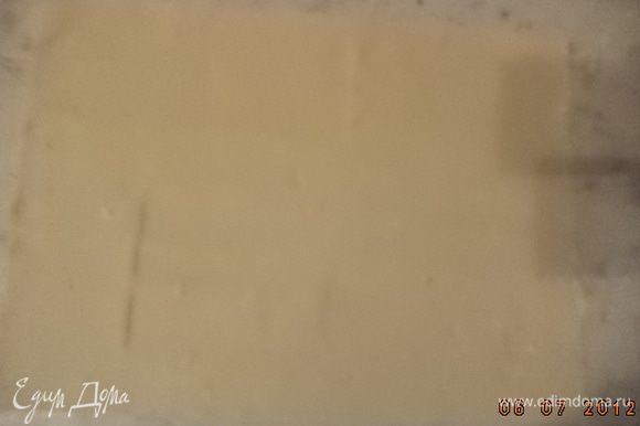 Слоёное тесто тонко раскатать в два одинаковых прямоугольных пласта. Твёрдый сыр натереть на крупной тёрке.