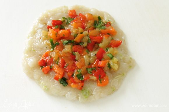 Руками,смоченными в холодной воде,формуем из фарша лепешку,распределяем овощную смесь,оставляя свободные края