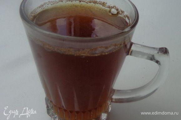 Сахар залить водой, добавить измельченные специи и сварить сироп. Варить его надо минут 5-7. Процедить.