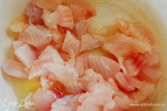 Рыбу нарезать на кусочки