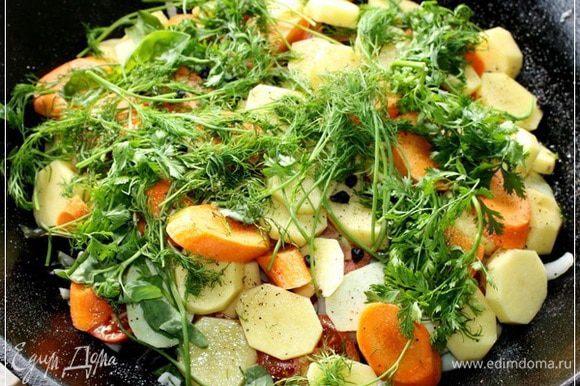 И завершающий слой – штук семь картошек среднего размера, крупно порезанных и пара морковок. Выкладываем тоже равномерным слоем. Сверху зелени букет. Я ограничился укропом и петрушкой. Но это тоже – на любителя. Кто чего больше любит – то и кладите.