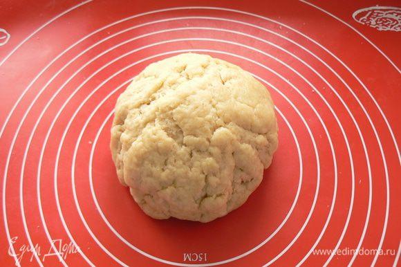 Смешайте все сухие продукты, нарежьте кубиками масло, добавьте воду и замесите тесто.