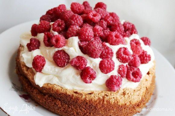 Желатин замочить в холодной воде. Набухший желатин растопить при 60*С. Творог протереть через сито. Пару ложек творога смешать с желатином и всю массу взбить с сахаром, ванильным сахаром и сливками. Выложить горкой крем на основу. Около 250-300 гр малины распределить по торту,вдавливая ягоды в крем. Поставить торт в холодильник на 3-4 часа.