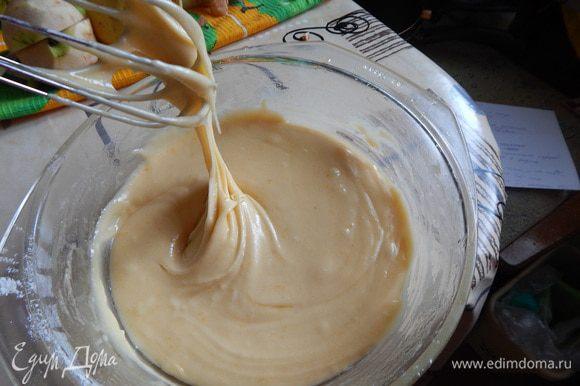 Перемешать муку, разрыхлитель; растопить масло и смешать с яичной массой; консистенция теста - гуще блинного;