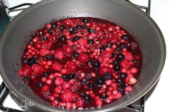 Для ягодного финиша необходимо растопить сахар, добавить масло, прогреть, добавить ягоды. Они начнут давать сок, поэтому я в воде растворила пектин и залила ягоды. Никакого дополнительно сока мне не потребовалсь. Дала им прогреться ещё раз, и пектину загустить соус чуть-чуть.