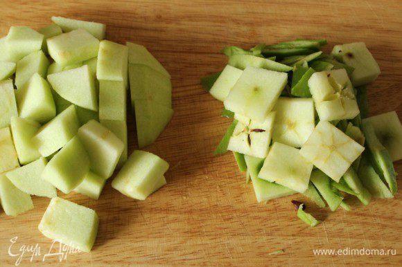 Яблоки нарезать кубиками, сердцевину и кожуру мелко порубить.