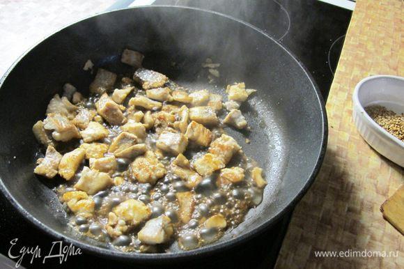 Небольшими кубиками нарезаем лосось и обжариваем на горячей сковороде с одной стороны. Затем переворачиваем, добавляем соус Терияки. Соус быстро карамелизируется и лосось приобретает красивый бронзовый цвет.