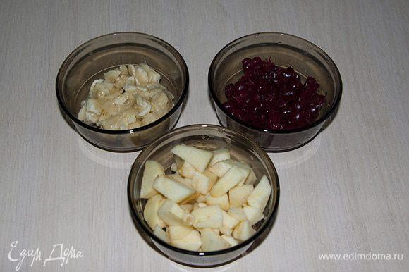 Вишню очищаем от косточек. Яблоко режем на небольшие квадратики. Банан измельчаем вилкой в пюре.