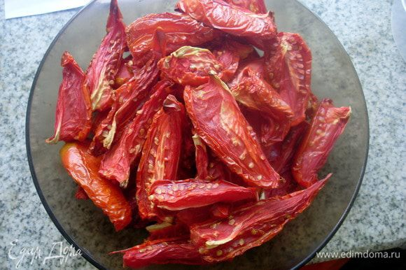 Получается всего тарелочка вяленых томатов, сбрызнуть их растительным маслом, остудить. Сложить в пакетик и в морозилку.