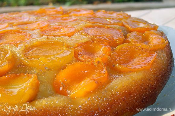 Затем переворачиваем его на блюдо и получаем вкуснейший и ароматный пирог!