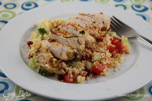 Выкладываем салат на тарелки. Сверху - порезанную кусочками курицу. И подаем. Приятного аппетита)