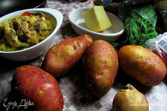 Блюдо лучше готовить из молодого картофеля. Картофель тщательно промыть. Разрезать вдоль на половинки. Лук и грибы мелко порезать.