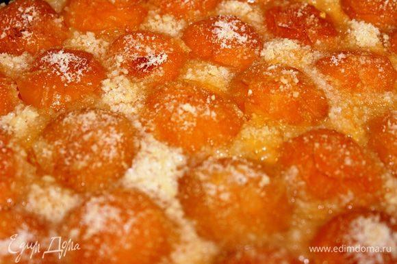 Во время приготовления образуется сок, который пропитывает половинки абрикосов. В результате получается очень сочный и ароматный пирог. На праздничном столе он смотрится очень эффектно и нарядно, благодаря ярким абрикосам. Угощайтесь!!!