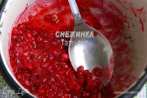 Бруснику (у меня мороженая) кладём в кастрюльку или сотейник, присыпаем сахаром, ставим на огонь. Даём прогреться до мягкости и раздавливаем ягоды ложкой.