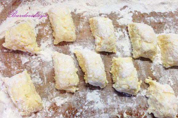 5. Скатать колбаску и нарезать ее на небольшие кусочки примерно по 2 см. Вареники не должны быть слишком большими, так как при варке они еще увеличатся в объеме. Срезы вареников также обвалять в муке.