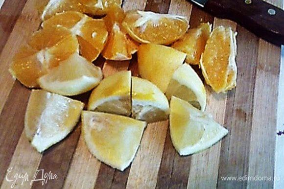 Апельсины очистить от цедры, нарезать вместе с лимоном на дольки и выжать сок.