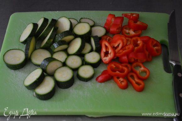 Овощи приготовим и нарежем заранее.