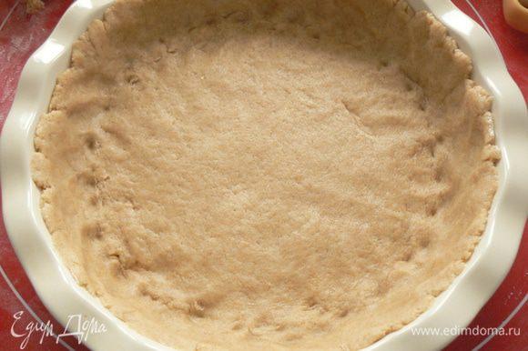 охлажденное тесто распределить по форме, оставив 1/4 часть теста для верхушки пирога. Сформировать бортики пирога.