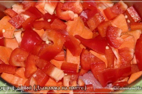 Перчика сладкого поверх морковки насыплем – выложим.