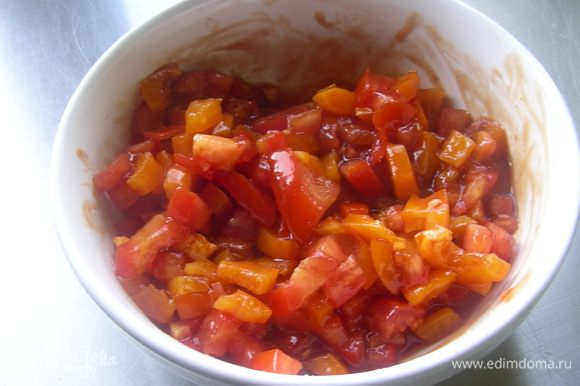 Смешиваем овощи с соусом.
