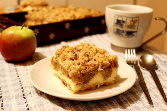 Остудить пирог в форме, затем нарезать на порционные кусочки. При подаче пирог можно полить карамелью. Приятного чаепития!