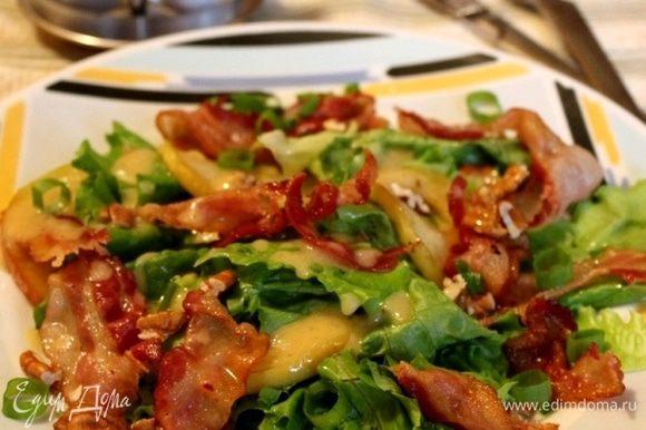 Смешать все ингредиенты заправки. Зелёный лук нарезать колечками. Салатные листья промыть, подсушить и крупно порвать. На порционные тарелки (или большое блюдо) выложить салатные листья, яблоки и бекон. Полить салат заправкой, присыпать луком и кусочками орехов. Приятного аппетита!