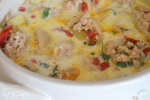 Выкладываем начиненный макаронины в соус. Посыпаем оставшимся сыром и отправляем в духовку на 25 минут при 200 гр.