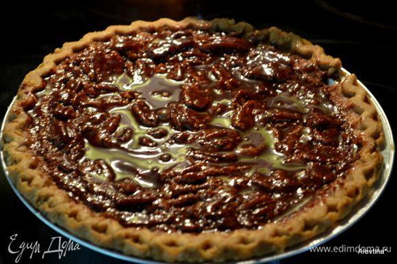 Растопить шоколадные капли 1/4 стакана со сливочным маслом. Вылить поверх пирога. Дать постоять в холодильнике. Разрезаем и подаем к столу. Приятного аппетита.