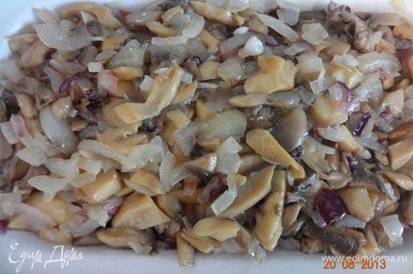 На фарш обжаренные грибы с луком, залить протертыми томатами (или соком) у меня ушло чуть меньше стакана (250 гр.).