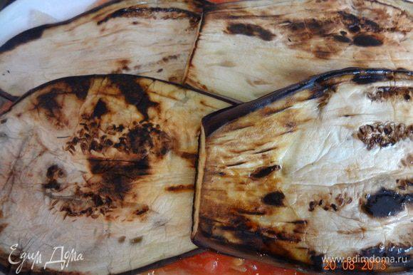 Сверху выложить оставшиеся пластинки баклажан, посыпать тертым сыром и отправить в разогретую до 180 С духовку на 30 минут, следить, чтобы верх не пригорал, накрыть фольгой и уменьшить температуру в таком случае.
