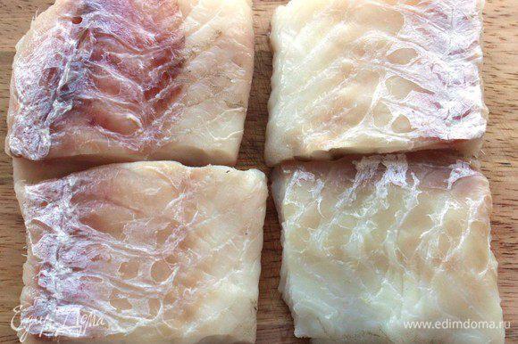 Филе трески нарезать порционными кусками. Натереть солью и перцем, смазать растительным маслом, сбрызгнуть лимонным соком.
