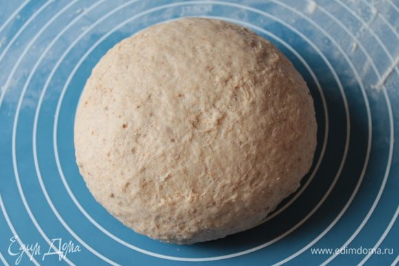 Тесто нужно месить минут 10 быстрыми движениями - оно должно стать эластичным. Скатать тесто в шар, поместить в слегка посыпанную мукой миску, закрыть полотенцем и оставить подходить на 60 минут.