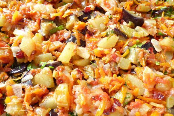 Выкладываем примерно третью часть приготовленной овощной томатной смеси.Стараемся, чтобы кусочки огурца попали именно в этот слой, слегка посыпаем зеленью, добавляем несколько маленьких кусочков лаврового листика.