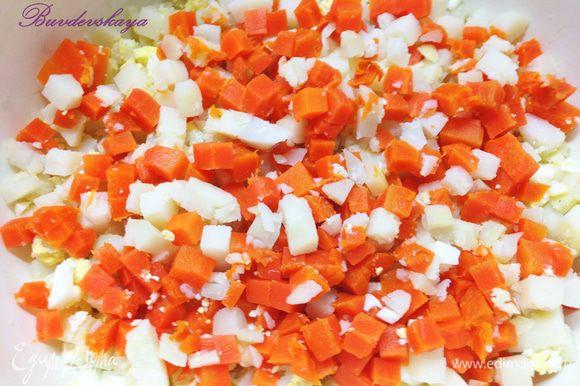Морковь очистить и нарезать мелкими кубиками и добавить к картофелю.