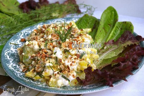 Соединяем цукини с соусом. На тарелку выкладываем листья салата, цукини, сверху посыпаем измельчённым миндалём и порванными руками листиками тархуна.