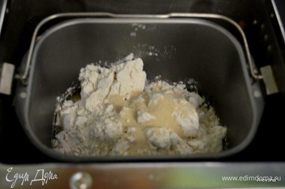 """Закладываем сначала в х/п воду, олив.масло,затем мука, соль и дрожжи. Включим режим """"тесто"""", у меня цикл идет на 1 ч. 30 мин."""