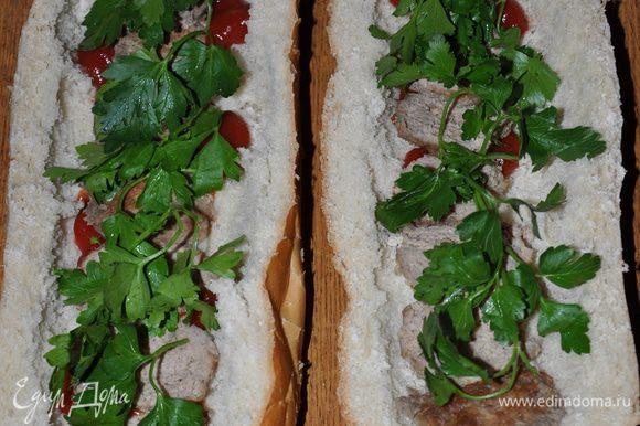 Батон начинаем готовить вечером. Батон нужно разрезать вдоль пополам, вынуть мякиш, смазать соусом или кетчупом.