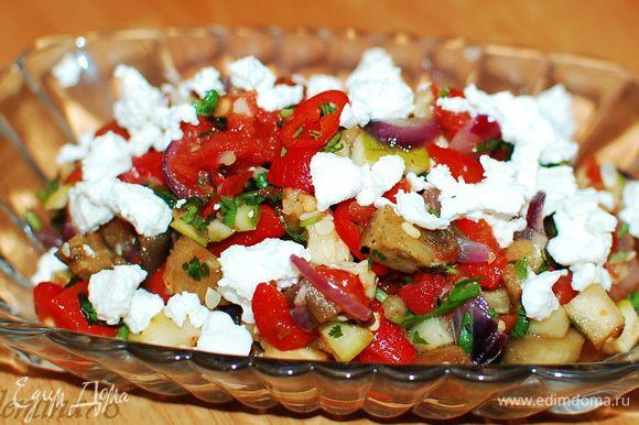Выложить в салатник и посыпать сверху сыром фета. Приятного аппетита!