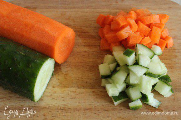 Нарезать средним кубиком свежую морковь и огурец.