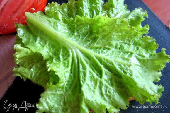 Вместо руколы оказался обычный огородный салат под рукой))) Накрываем тремя листиками сверху.