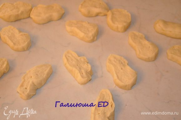 Когда наше тесто подойдет, вымешиваем его еще раз и делим на 18 частей, раскатываем каждый кусочек в жгут.