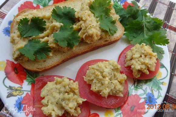 Пока суп настаивается, нарезать помидоры кружочками, положить на них хумус и украсить листиками кинзы. Для обожателей хумуса можно положить его и на хлеб.