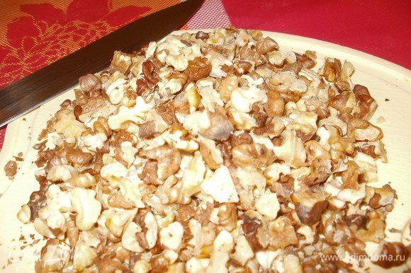 Готовим штрейзель. Орехи прожариваем на сковороде и рубим на мелкие кусочки (можно в блендере, но дело ближе к ночи, поэтому жалеем соседей!)