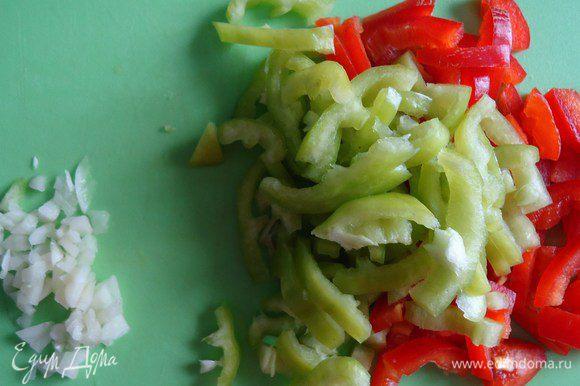 Перец нарезать соломкой, чеснок мелко порубить.