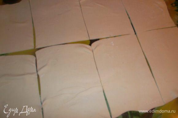 Тесто раскатать потоньше и разрезать на квадраты...