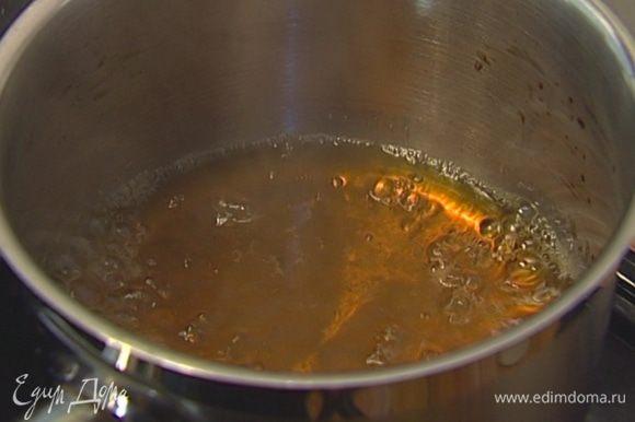 Всыпать оставшийся сахар в небольшую кастрюлю, залить 1 стаканом воды, добавить лавровый лист, гвоздику, кардамон, палочку корицы и варить сироп до полного растворения сахара.